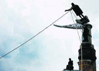 estatuaColonDerribada