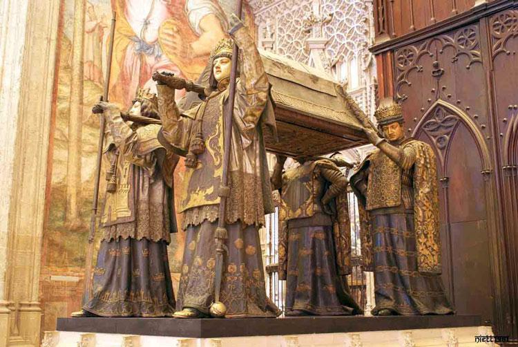 Mausoleo de Cristóbal Colón en la Catedral de Sevilla - España
