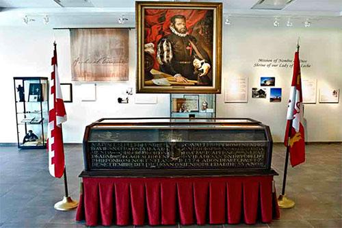 Ataúd y retrato de Pedro Menéndez de Avilés en el Museo Nombre de Dios en San Agustín de la Florida